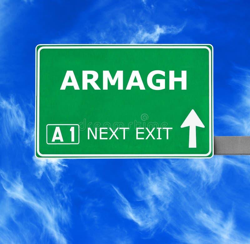 Panneau routier d'ARMAGH contre le ciel bleu clair photo stock