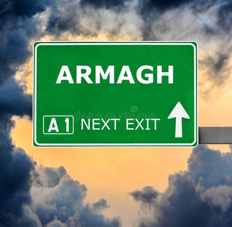 Panneau routier d'ARMAGH contre le ciel bleu clair photos stock