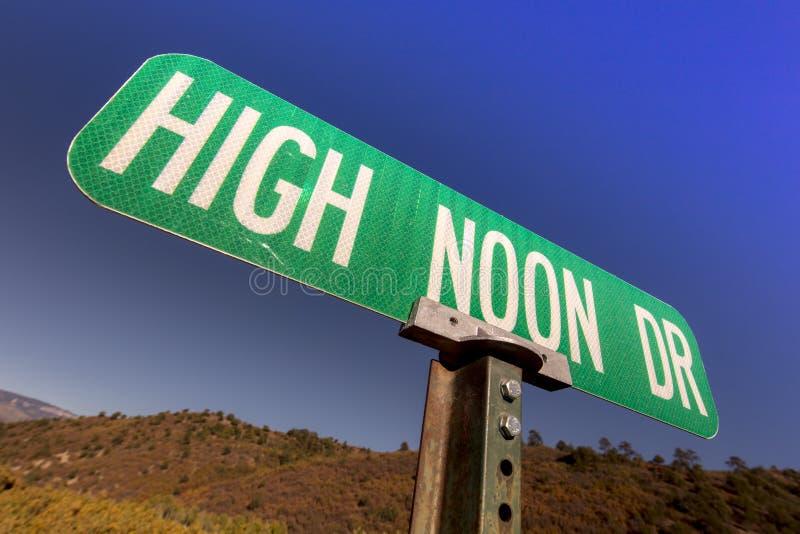 Panneau routier d'entraînement de midi élevé, le vieil ouest, Etats-Unis image stock