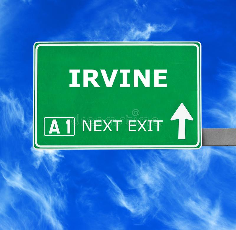 Panneau routier d'IRVINE contre le ciel bleu clair photos libres de droits