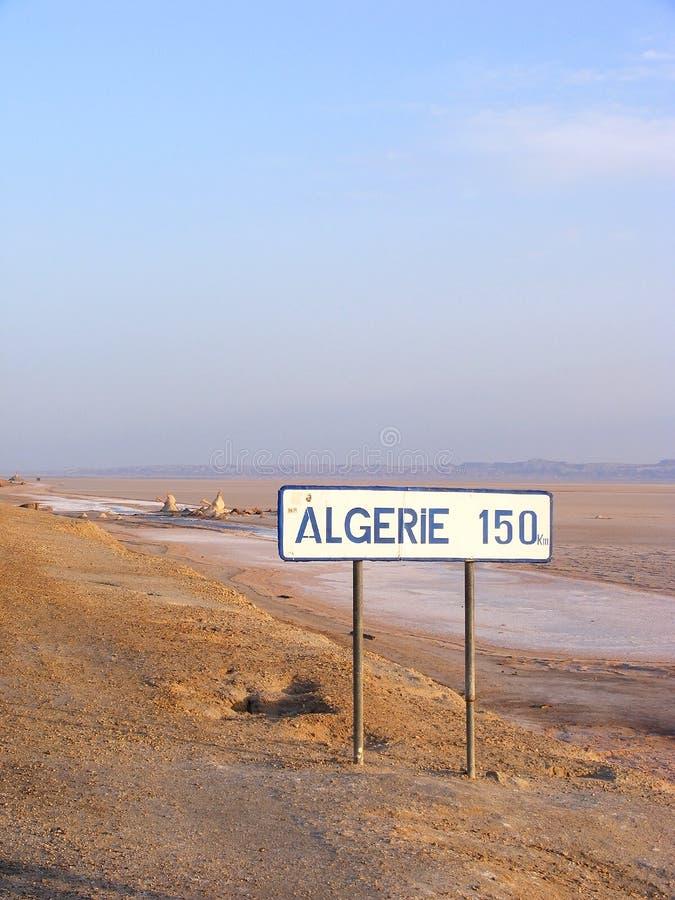 Panneau routier dans le désert près de la frontière algérienne - EL Djerid, Tunisie de Chott image stock