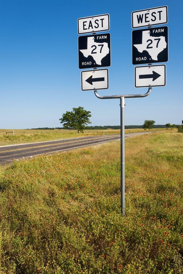 Panneau routier dans un chemin d'exploitation dans la campagne du Texas aux Etats-Unis photos libres de droits