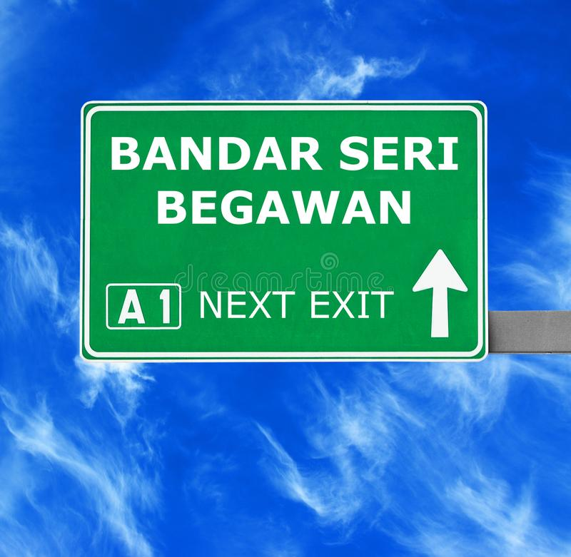 Panneau routier de BANDAR SERI BEGAWAN contre le ciel bleu clair photo libre de droits