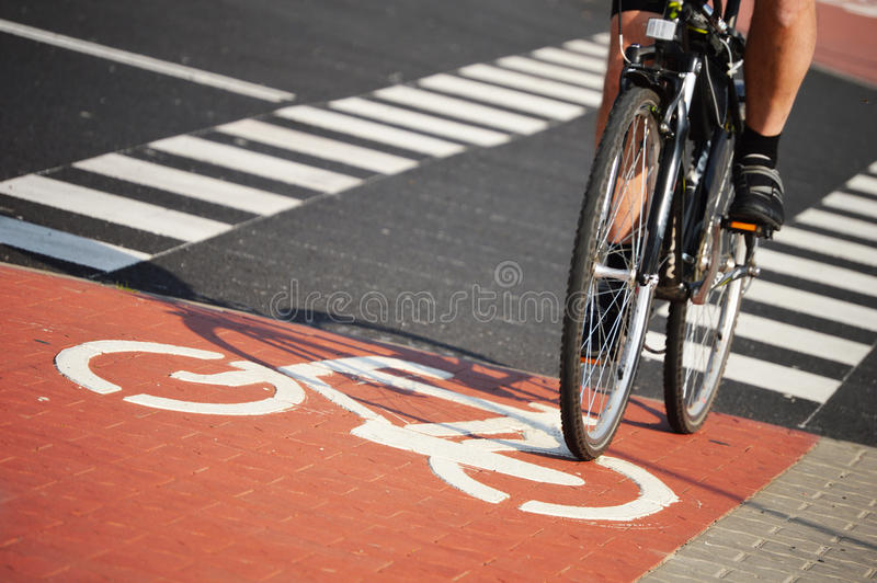 Panneau routier de bicyclette et cavalier de vélo images stock