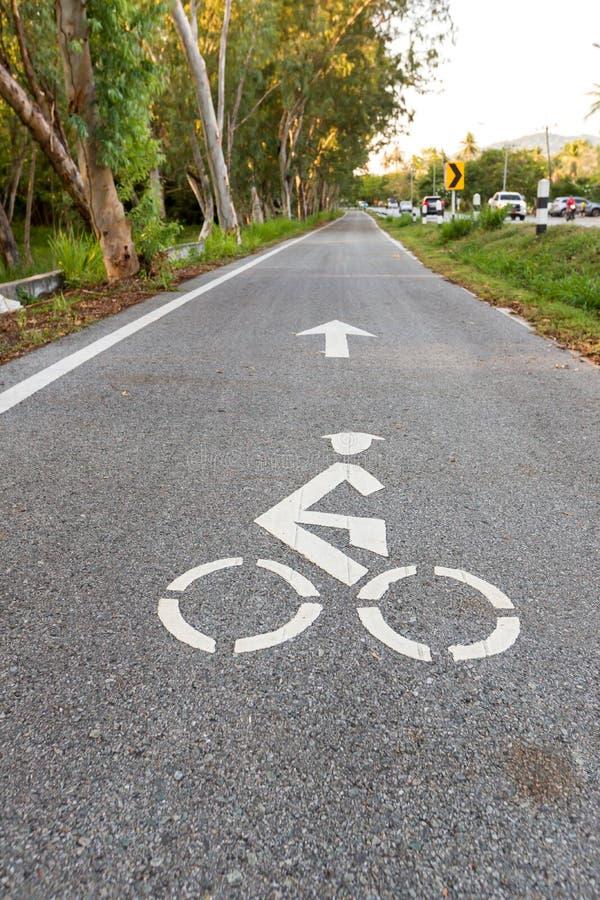 Panneau routier de bicyclette et symbole de ruelle de v?lo de fl?che, ruelle de v?lo dans la visite touristique du jardin et v?lo photo libre de droits