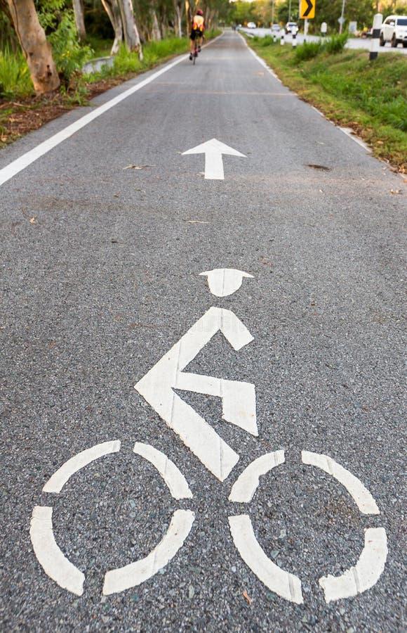 Panneau routier de bicyclette et symbole de ruelle de v?lo de fl?che, ruelle de v?lo dans la visite touristique du jardin et v?lo image stock