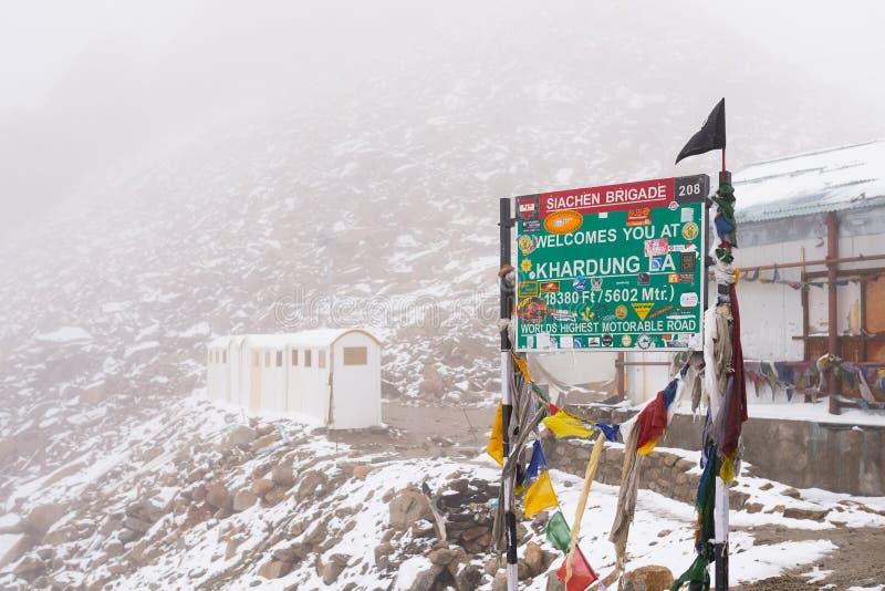 Panneau routier de brigade de Siachen, passage de La de Khardung photographie stock libre de droits