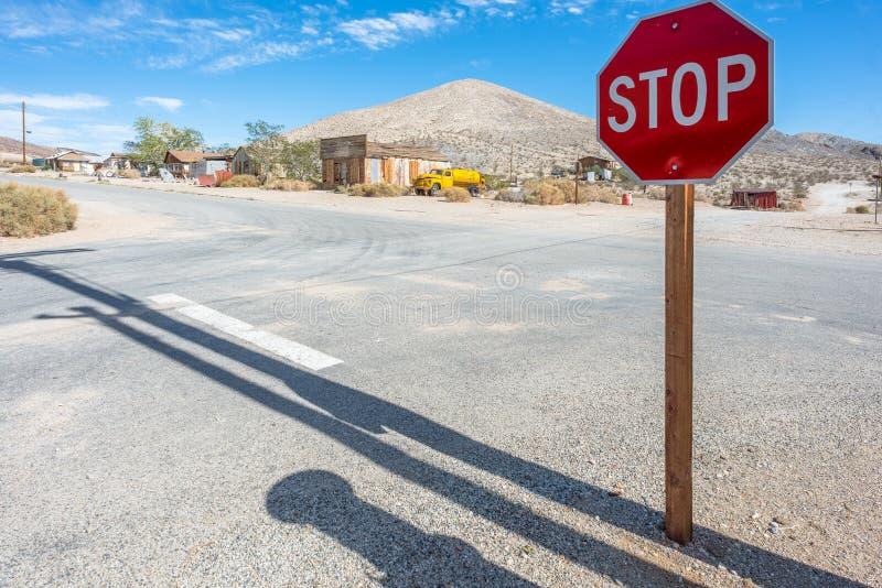 Panneau routier de carrefour et d'arrêt photos stock