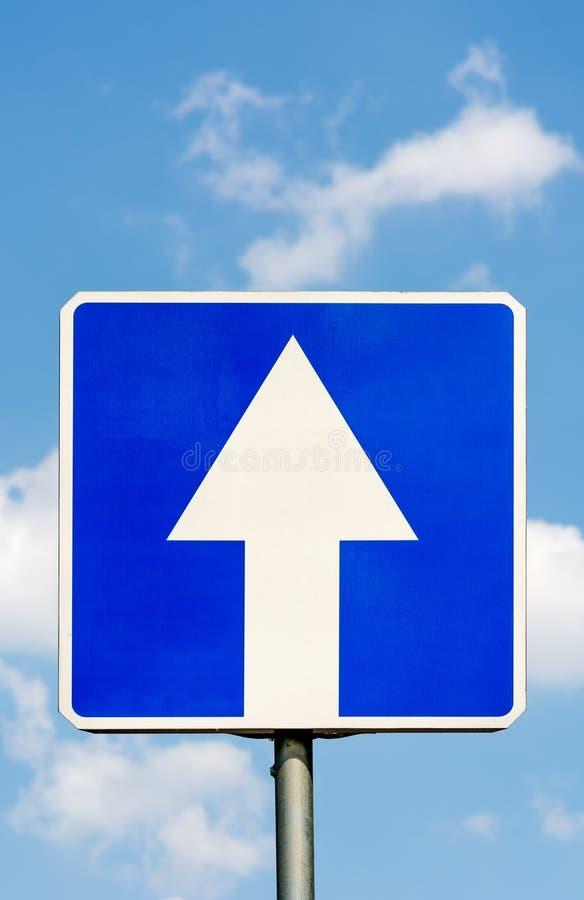 Panneau routier de circulation unidirectionnelle photos stock