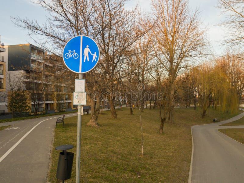 Panneau routier de cycliste et de piéton image stock