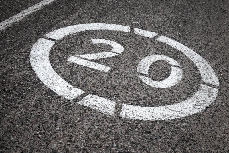panneau routier de limitation de vitesse sur l 39 asphalte image stock image du automobile. Black Bedroom Furniture Sets. Home Design Ideas