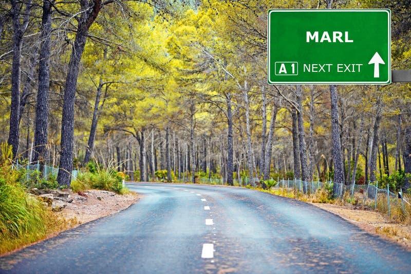 Panneau routier de MARNE contre le ciel bleu clair photos libres de droits