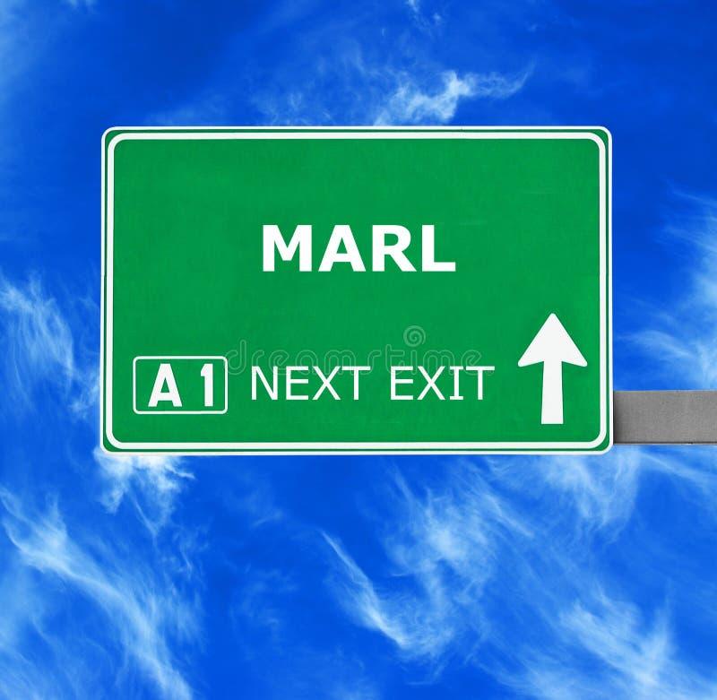 Panneau routier de MARNE contre le ciel bleu clair image stock