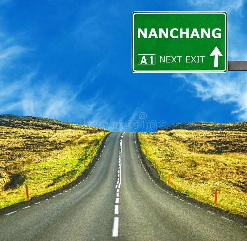 Panneau routier de NAN-TCHANG contre le ciel bleu clair image libre de droits
