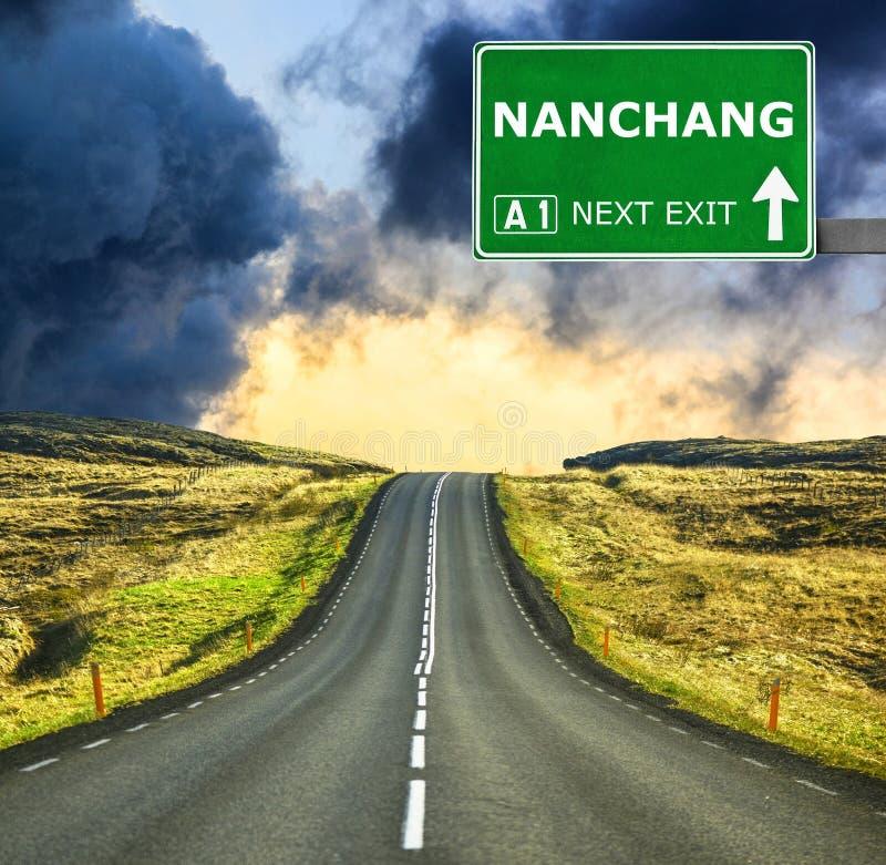 Panneau routier de NAN-TCHANG contre le ciel bleu clair photo libre de droits