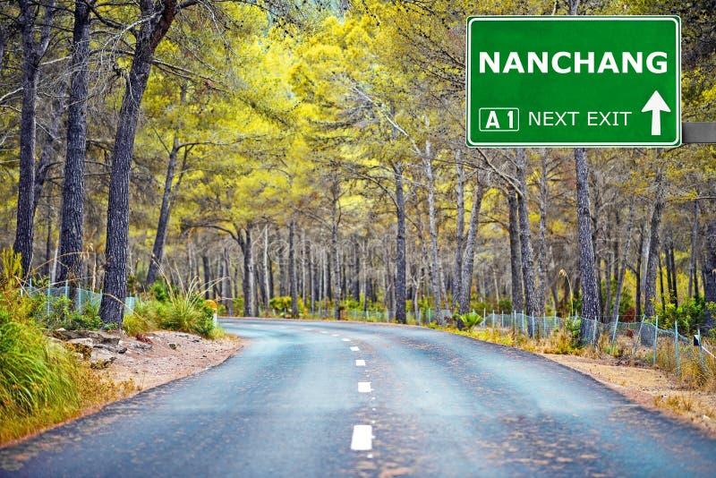 Panneau routier de NAN-TCHANG contre le ciel bleu clair photographie stock libre de droits