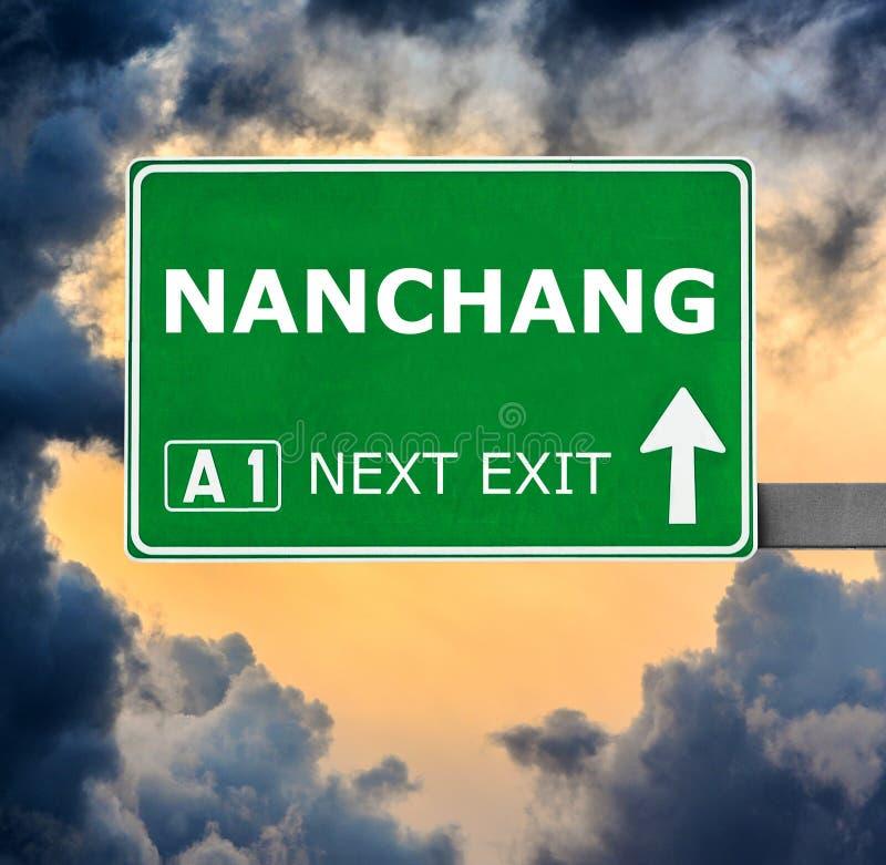 Panneau routier de NAN-TCHANG contre le ciel bleu clair image stock