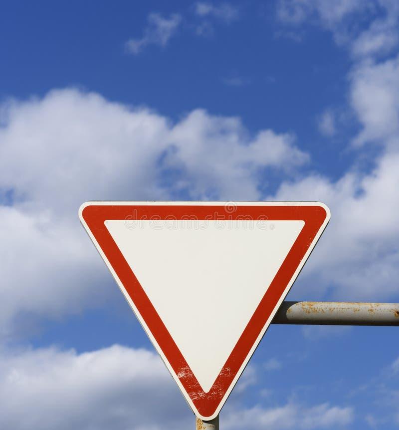 Panneau routier de priorité, exigeant des conducteurs de mener images libres de droits