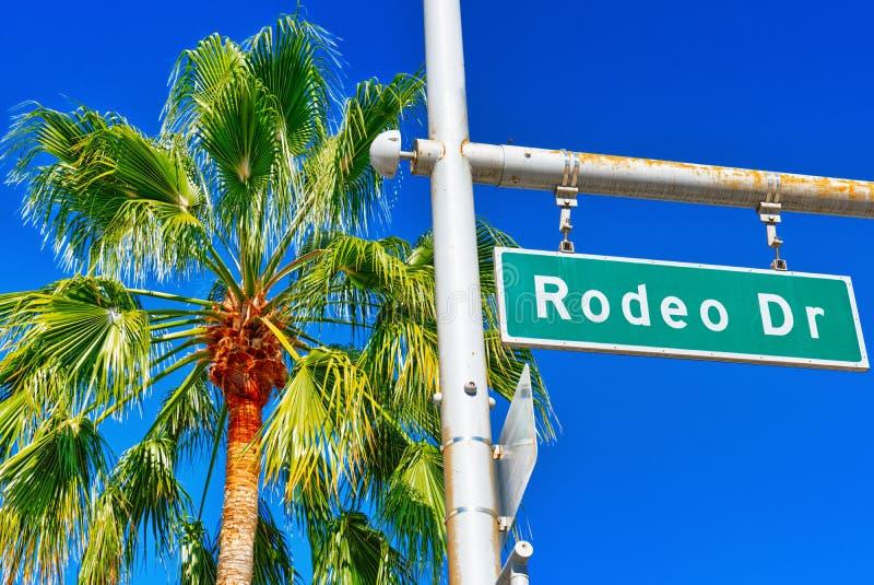 Panneau routier de Rodeo Drive sur la rue à la mode Rodeo Drive à Hollywood images stock