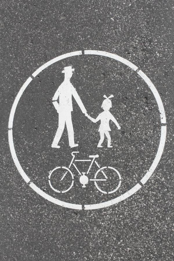 Panneau routier de ruelle de bicyclette et de piéton peint sur le trottoir images libres de droits
