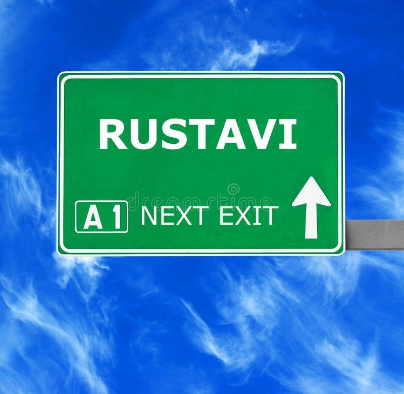 Panneau routier de RUSTAVI contre le ciel bleu clair image stock