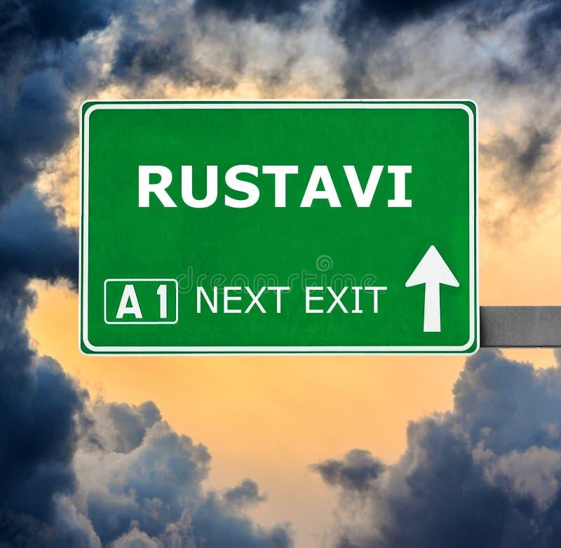 Panneau routier de RUSTAVI contre le ciel bleu clair photographie stock libre de droits