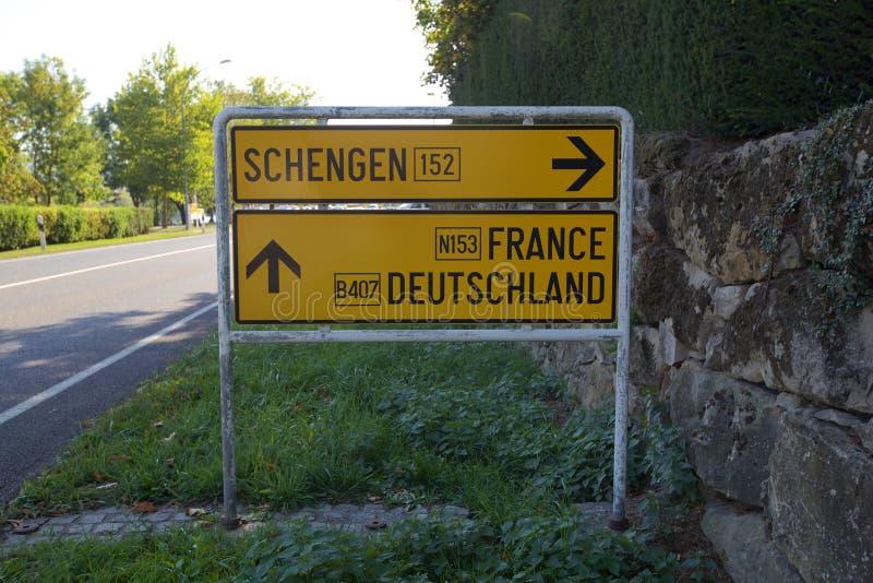 Panneau routier de Schengen sur la Tri frontière luxembourgeoise photographie stock