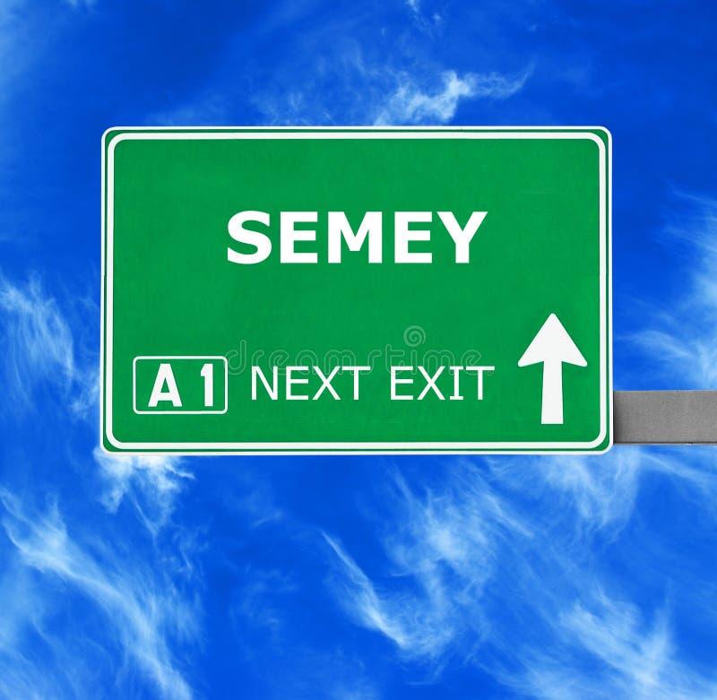 Panneau routier de SEMEY contre le ciel bleu clair image stock
