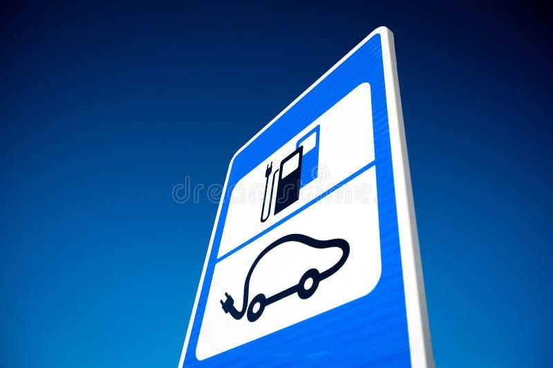 Panneau routier de station de recharge de batterie de voiture électrique photographie stock