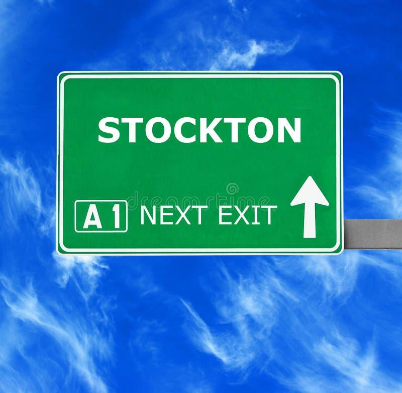 Panneau routier de STOCKTON contre le ciel bleu clair images stock