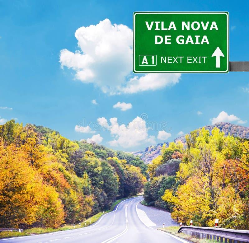 Panneau routier de VILA NOVA DE GA?A contre le ciel bleu clair photographie stock