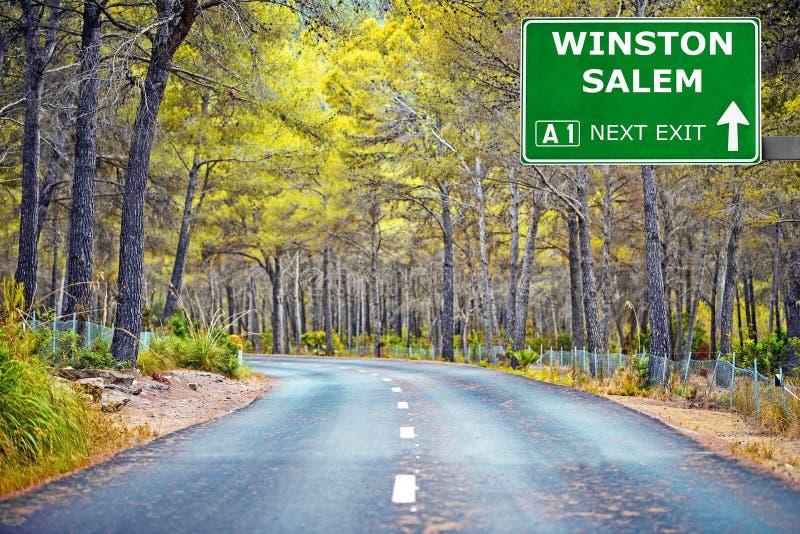 Panneau routier de WINSTON SALEM contre le ciel bleu clair photo stock