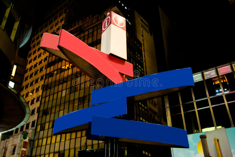 Panneau routier directionnel vide la nuit photo stock