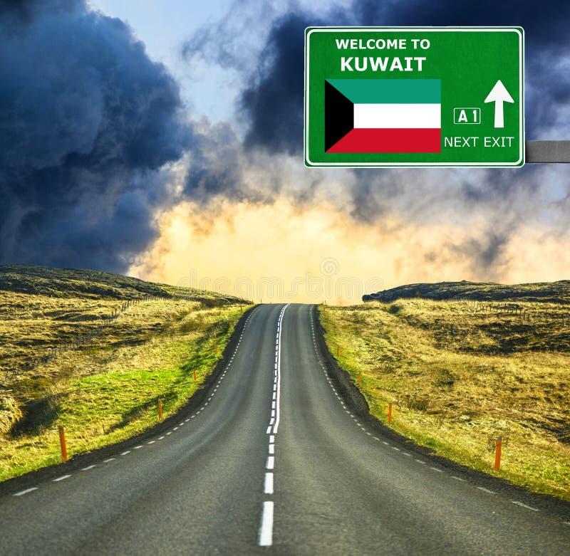 Panneau routier du Kowéit contre le ciel bleu clair image libre de droits
