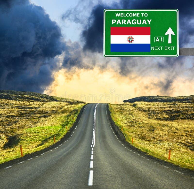 Panneau routier du Paraguay contre le ciel bleu clair photo stock