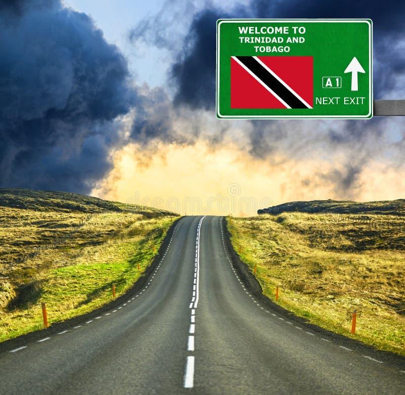 Panneau routier du Trinidad-et-Tobago contre le ciel bleu clair photos stock