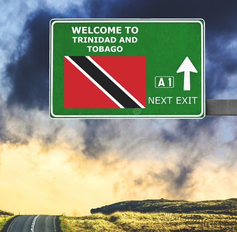 Panneau routier du Trinidad-et-Tobago contre le ciel bleu clair photo stock