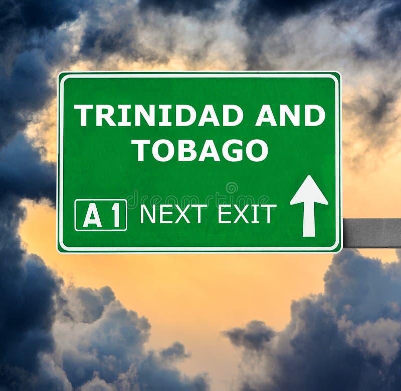 Panneau routier du Trinidad-et-Tobago contre le ciel bleu clair images stock