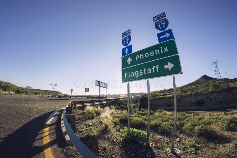 Panneau routier I17 pour Phoenix et hampe de drapeaux, Arizona photos stock
