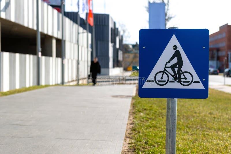 Panneau routier instructif sur des chemins de vélo de ville - image photos libres de droits