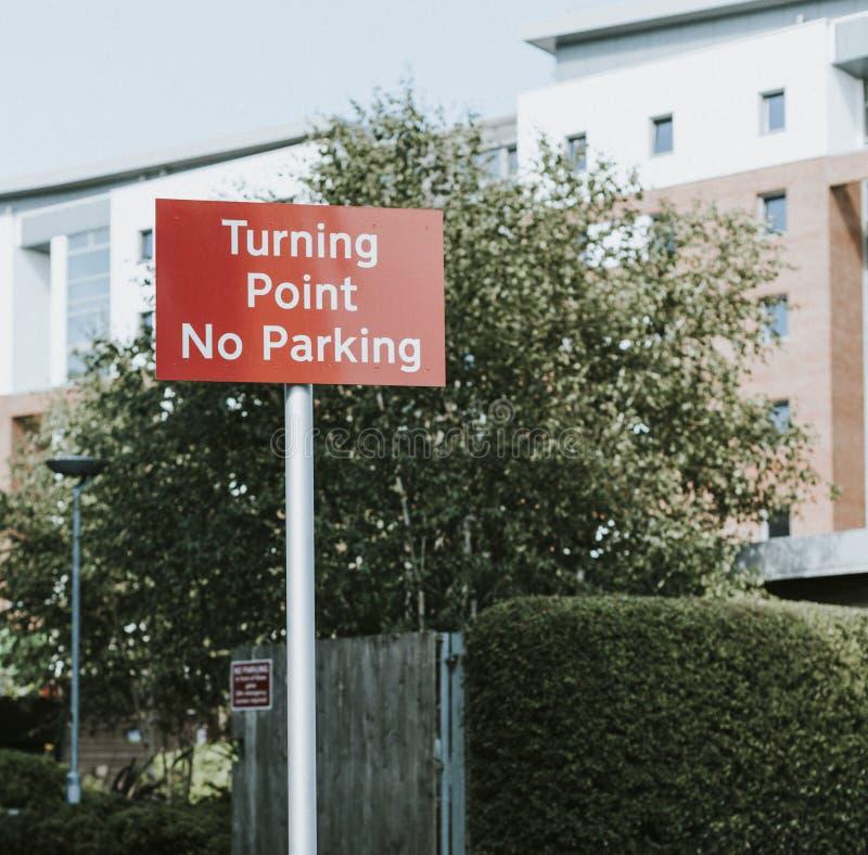 Panneau routier pour le tournant et le stationnement interdit photos libres de droits