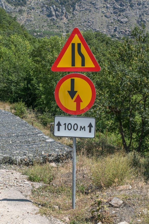 Panneau routier provisoire sur le bord de la route image libre de droits