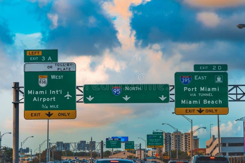 Panneau routier sur l'autoroute 95 d'un état à un autre allante vers le nord à Miami images stock