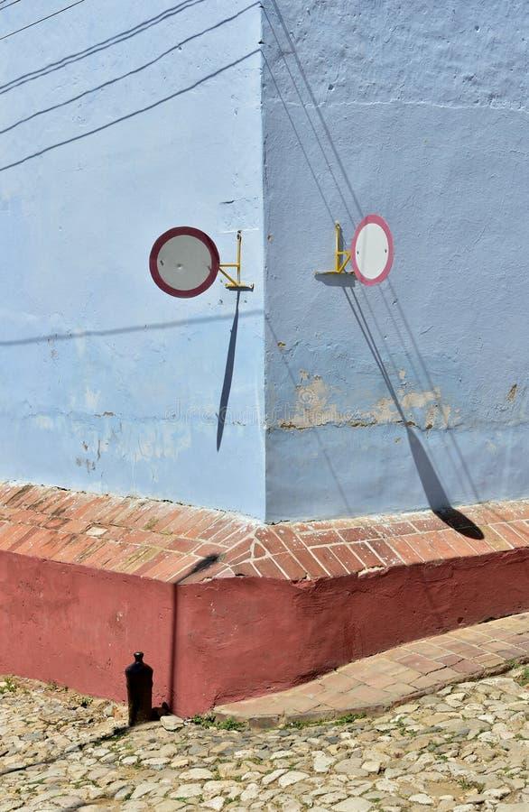 Panneau routier sur l maisons traditionnelles dans la ville coloniale du Trinidad au Cuba images stock
