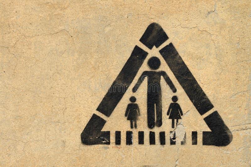 Panneau routier sur le mur images libres de droits
