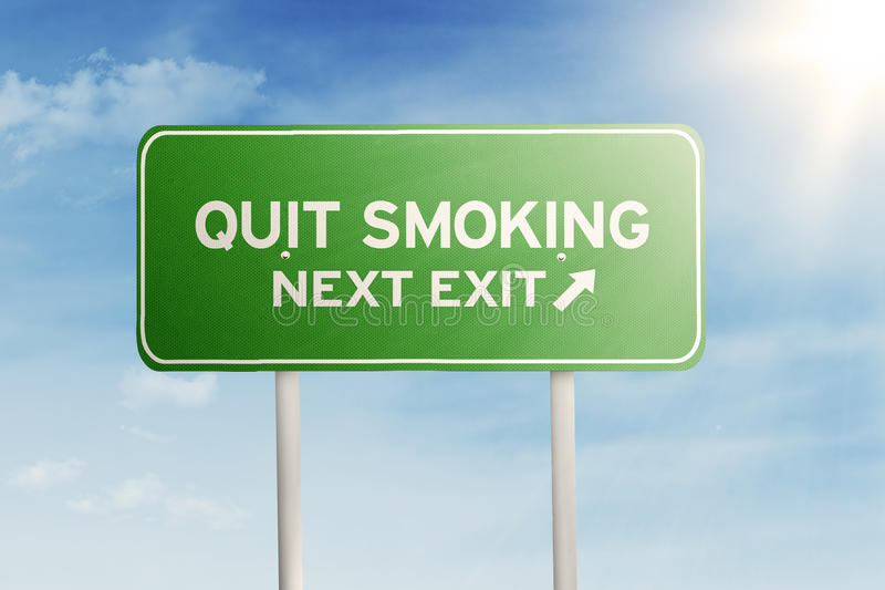 Panneau routier vert avec le texte du tabagisme stoppé images stock