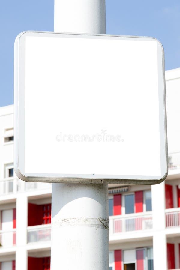 Panneau routier vide blanc de rue de ville pour le panneau d'affichage de publicité de message photos libres de droits