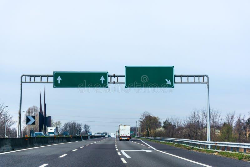 Panneau routier vide vert de route photos libres de droits