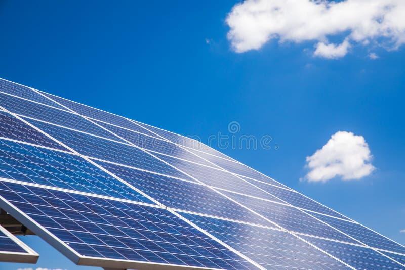 Panneau solaire avec la réflexion du ciel bleu images libres de droits