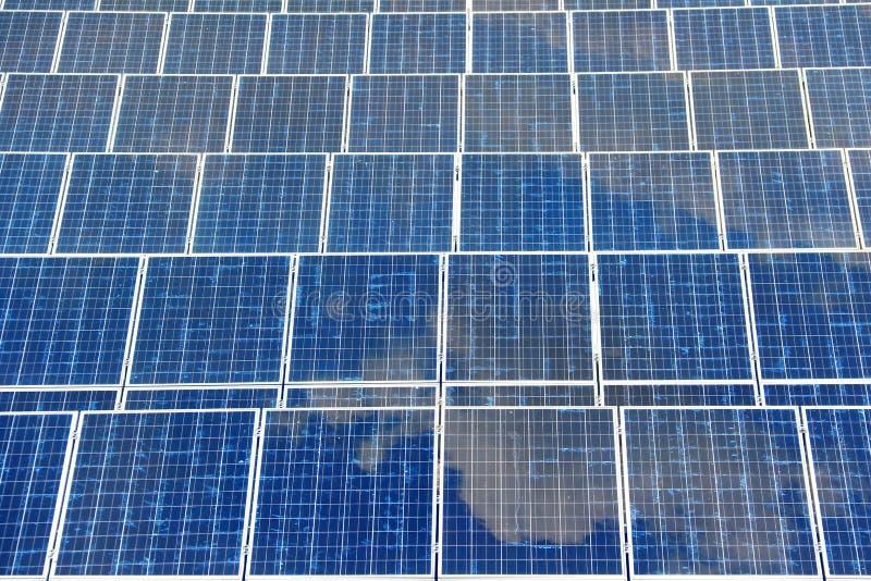 Panneau solaire avec le ciel bleu de réflexion photo libre de droits